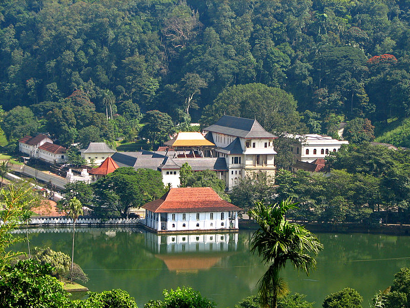 Sri_Lanka_-_029_-_Kandy_Temple_of_the_Tooth[2]